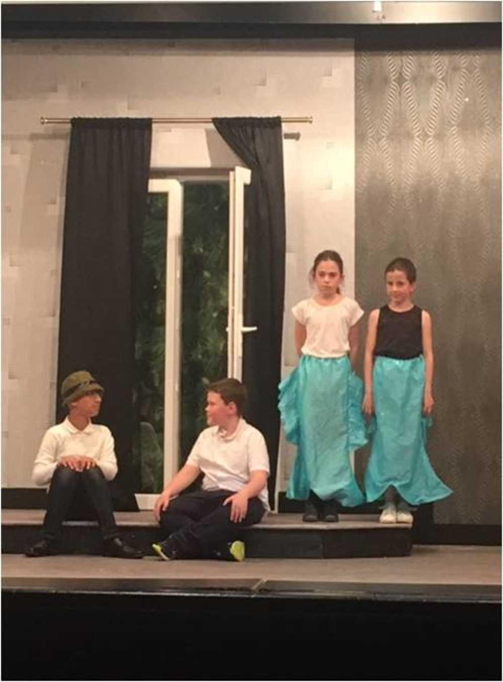 Familles Rurales : photos de la représentation de l''atelier théâtre jeune image2