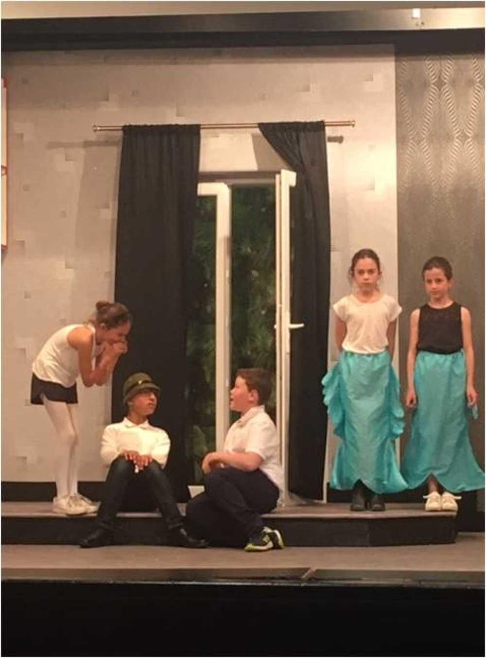 Familles Rurales : photos de la représentation de l''atelier théâtre jeune image3
