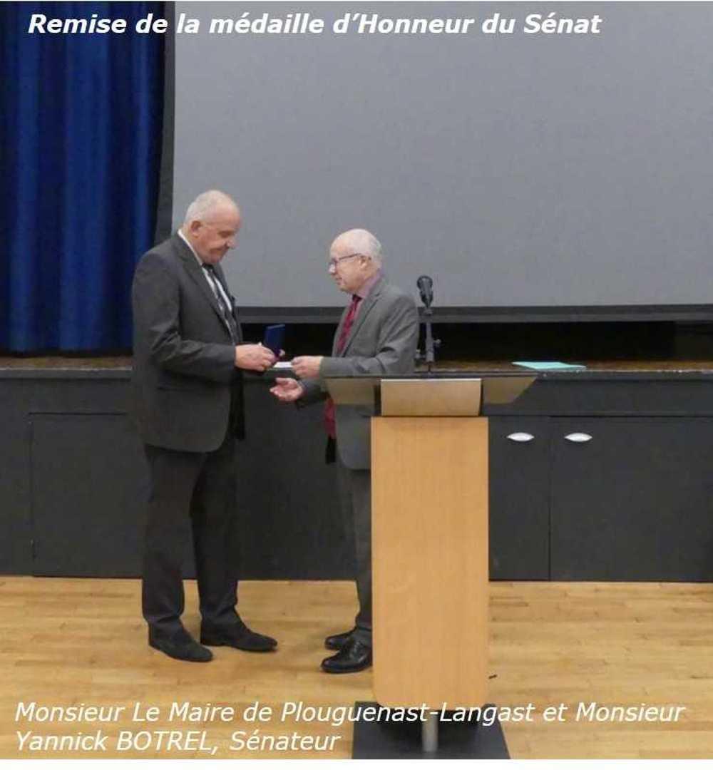 Photos de la remise de la médaille d''Honneur, régionale, départementale et communale à Monsieur Le Maire de Plouguenast-Langast photosite2