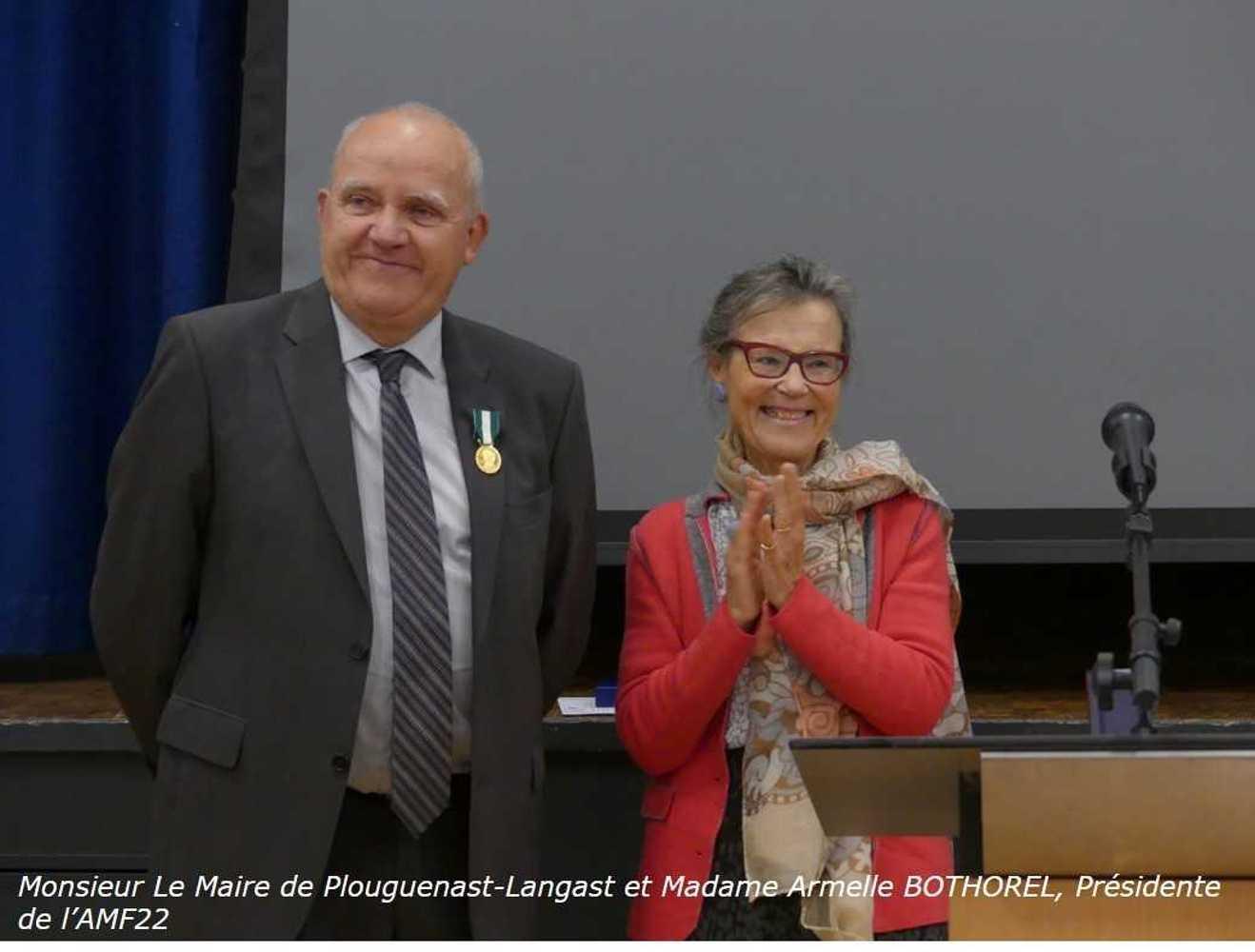 Photos de la remise de la médaille d''Honneur, régionale, départementale et communale à Monsieur Le Maire de Plouguenast-Langast photosite3