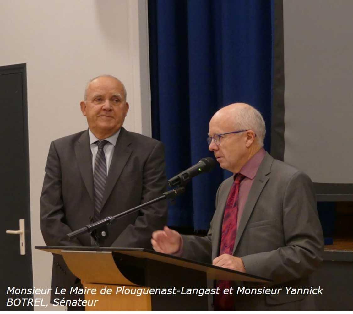 Photos de la remise de la médaille d''Honneur, régionale, départementale et communale à Monsieur Le Maire de Plouguenast-Langast 0