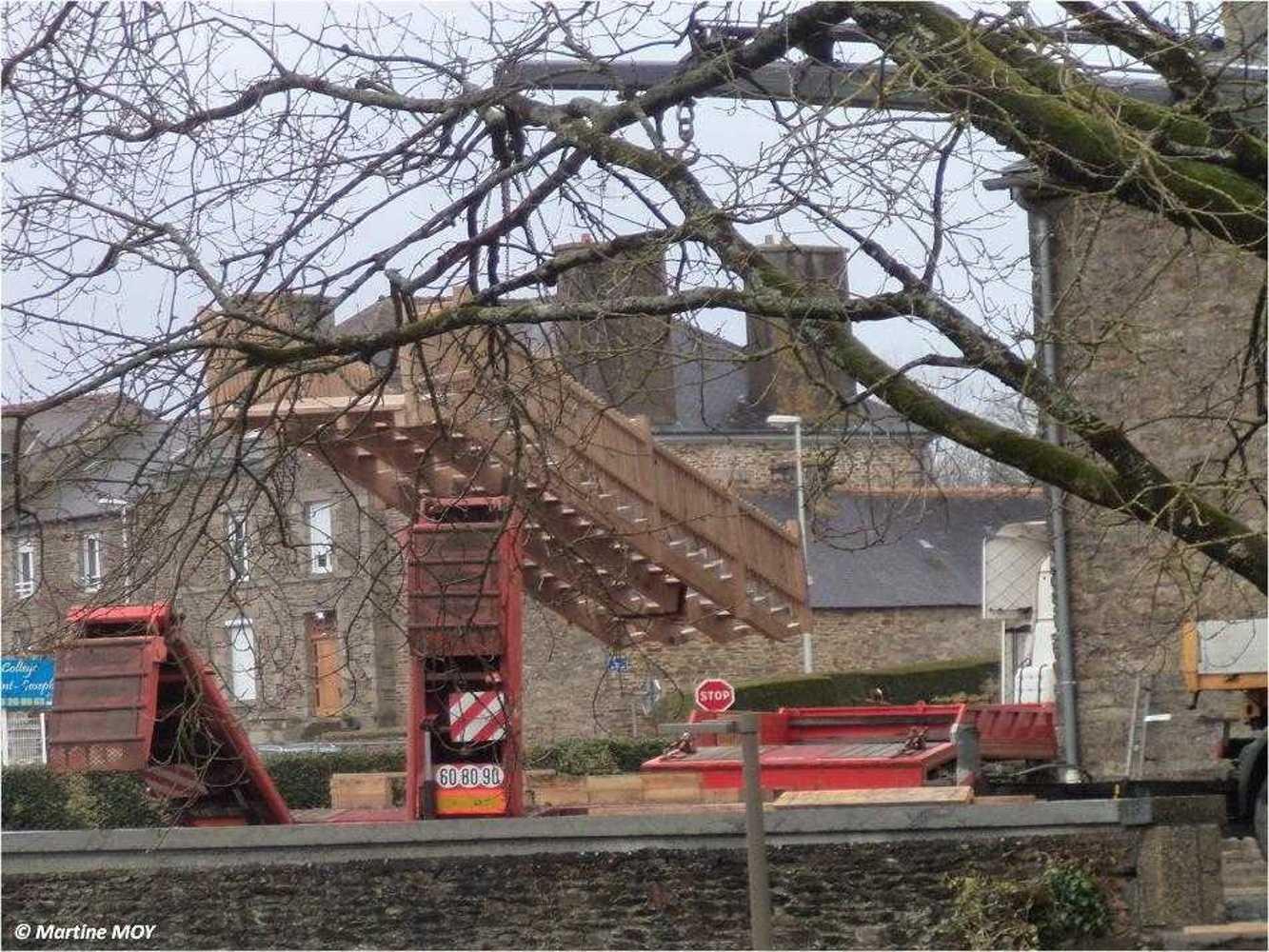 Aménagement du bourg : pose de l''escalier situé derrière l''église image6